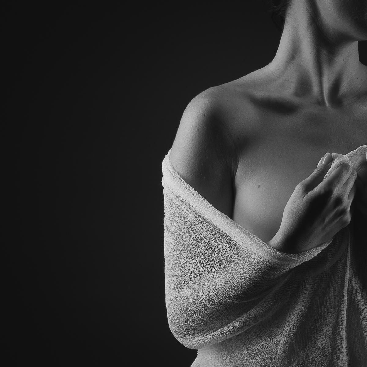Détail épaule nue, corps caché par un voile