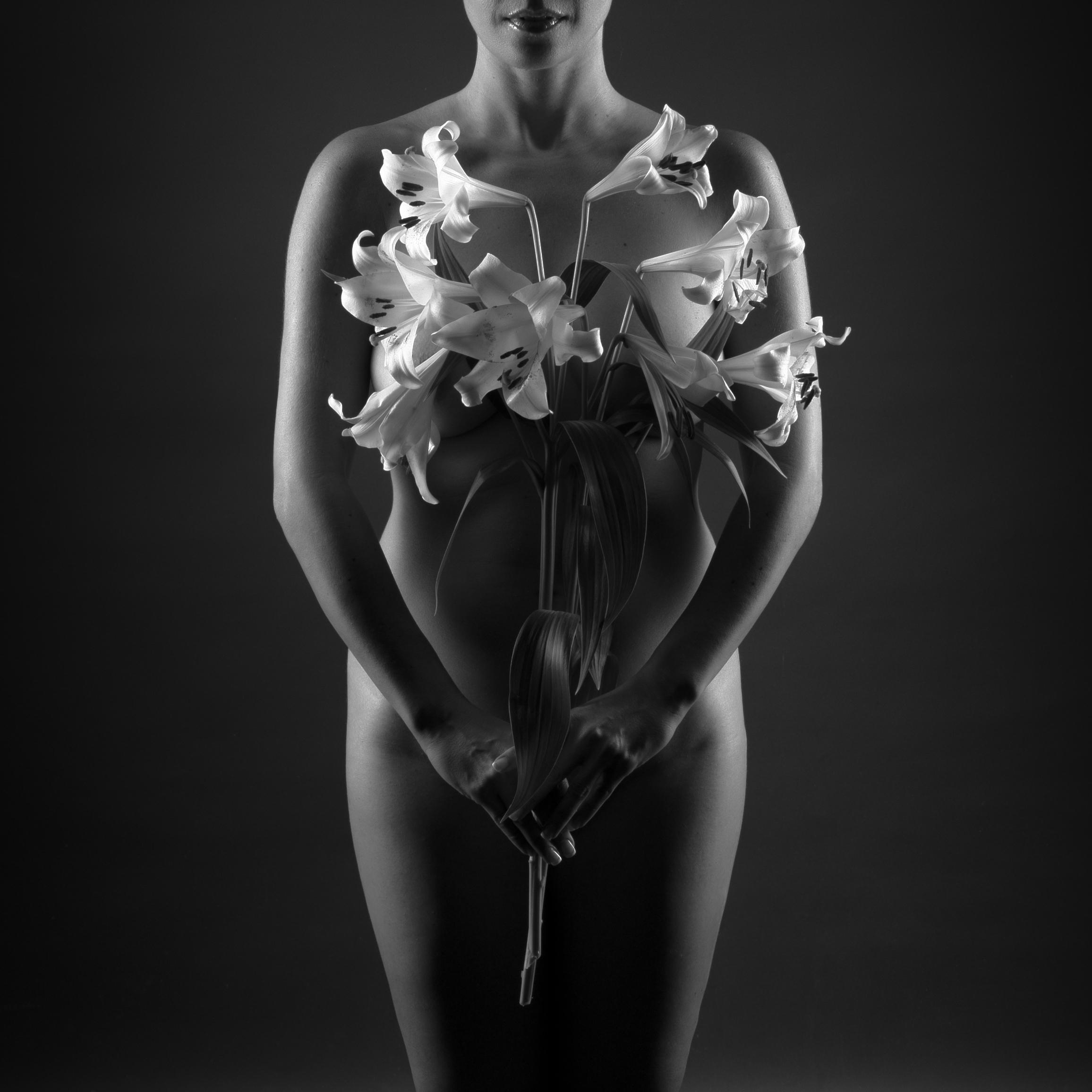 Femme nue cachée par un Lys, en noir et blanc